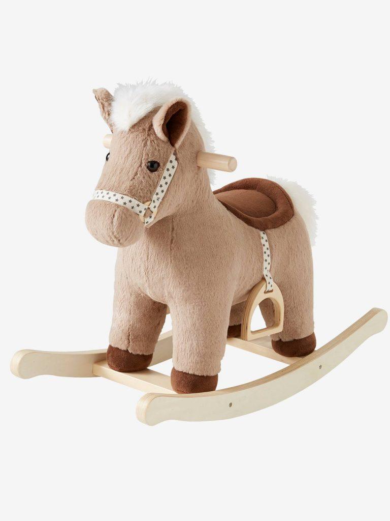 Ce cheval à bascule est de couleur marron.