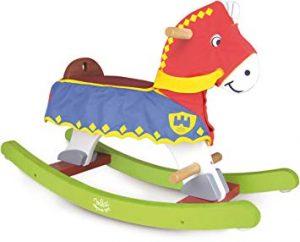 Cheval à bascule qui se prénomme Perceval et porte une tunique en tissu.