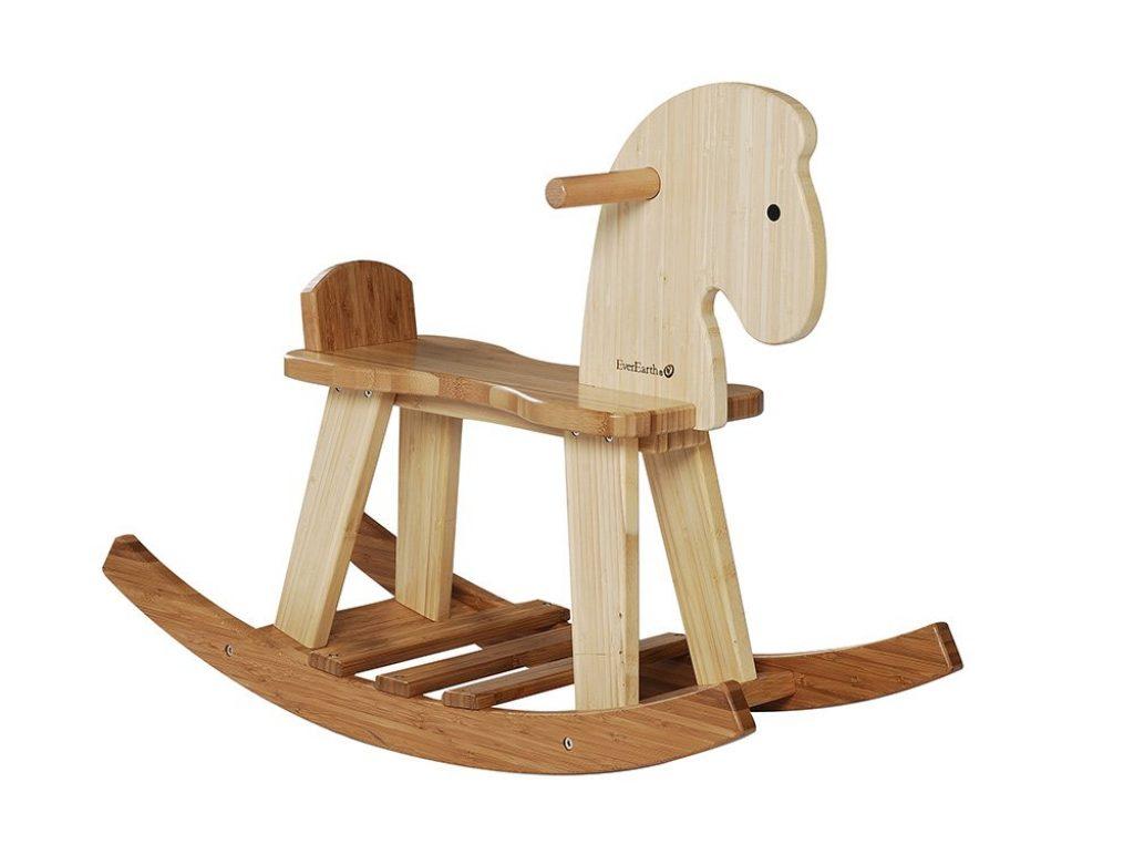 Le cheval à bascule en bois Everearth est fait avec du bambou, un bois sain et naturel.