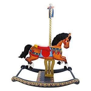 Ce cheval à bascule en bois imite le célébre carrousel à merveille.