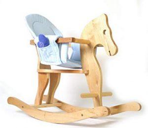 Ce cheval à bascule en bois dispose d'un siège en tissu bleu.