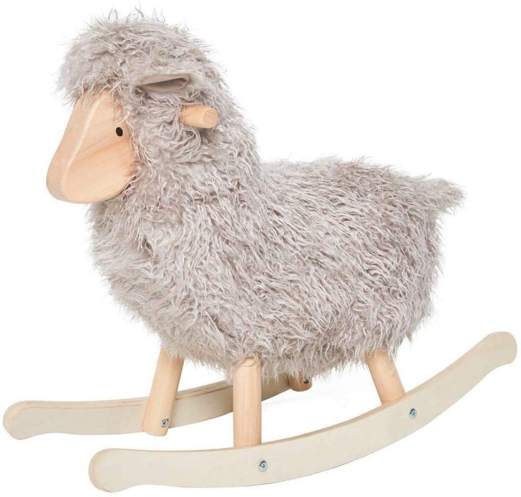 Ce mouton à bascule a un pelage frisé.