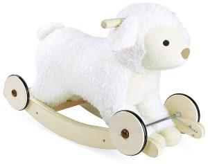 Le mouton à bascule Vilac peut également faire office de porteur pour votre bébé.