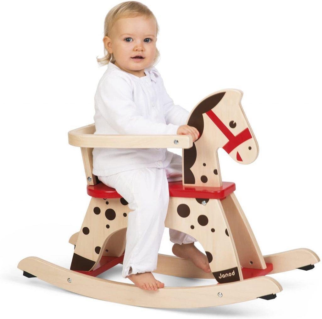 Le cheval à bascule en bois Janod Caramel convient dès 12 mois.