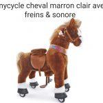 Ce cheval à roulettes est de couleur marron clair.