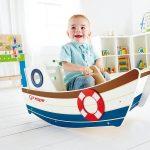 Le bateau à bascule en bois Hape a une assise sécurisée.